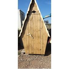 Туалет деревянный крашеный